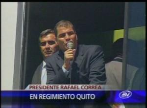 El Mandatario Rafael Correa ingresó a las oficinas del regimiento Quito 1 para dirigirse a los policías declarados en huelga. Foto: El Universo, de Ecuador