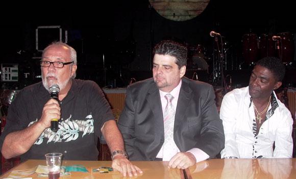 Tony Pinelli, músico y productor musical quien tuvo a su cargo la presentación , José Manuel  Lugo, pianista puertoriqueño invitado especial del disco Trabuco una vez más, Manolito Simonet. Foto: Yandy Chirivella