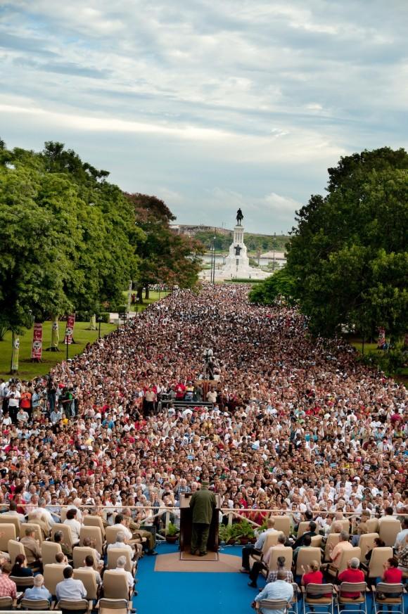 El pueblo escucha atento a Fidel Foto: Roberto Chile