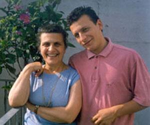 Fabio di Celmo junto a su madre