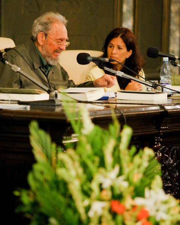 """Fidel  y la editora del libro """"La contraofensiva estratégica"""". Foto: Alex Castro"""