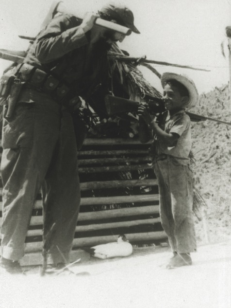 Fidel en la Sierra con un niño campesino