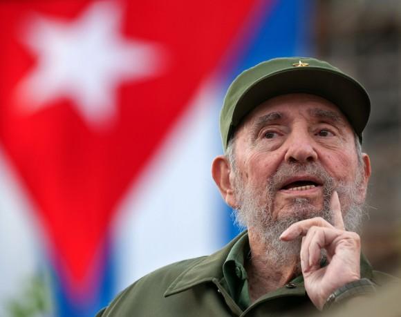 Fidel escucha atento y sonriente su discurso del año 1960. Foto: Roberto Chile