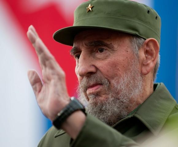 Fidel saluda al pueblo reunido en el antigua Palacio Presidencial
