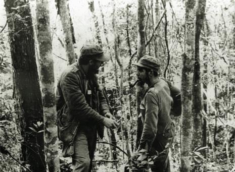 Fidel y el Che durante los primeros meses de la gue- rra revolucionaria en la Sierra Maestra, 1957.