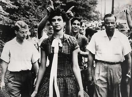 1957- El primer día que Dorothy Counts acudía a la Harry Harding High School en los Estados Unidos. Counts fue uno de los primeros estudiantes negros adimitidos en la escuela, no pudo soportar el acoso al que fue sometida por sus compañeros de clase y tuvo que abandonar la escuela cuatro días después.