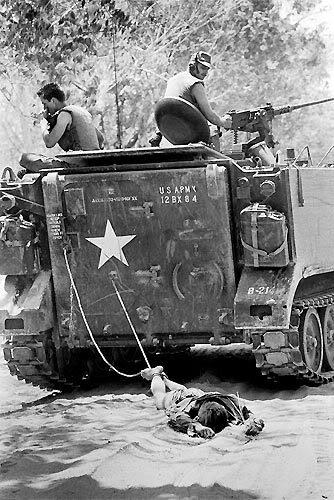 24 de Febrero de 1966 - Tan Binh, Vietnam del Sur. Tropas norteamericanas arrastran el cuerpo de un soldado del Viet Cong para enterrarlo.