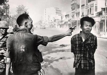 de Febrero de 1968. El jefe de policía sudvietnamita Nguyen Ngoc Loan, a las órdenes del Ejército de los EEUU, dispara a un hombre joven sospechoso de ser un soldado del Viet Kong.
