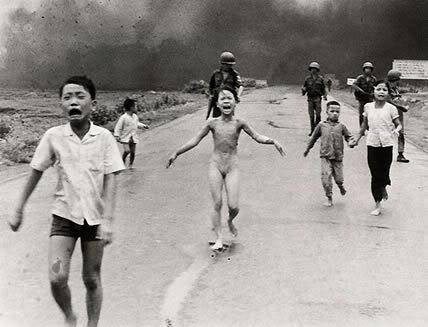 8 de Junio de 1972. Trangbang, Vietnam del Sur. Phan Thi Kim Phuc (en el centro) huye del lugar donde aviones norteamericanos arrojaron bombas de napalm.
