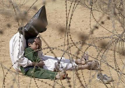2003 - Un prisionero de guerra Iraquí trata de calmar a su hijo.
