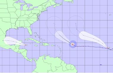 """De izquierda a derecha (este a oeste) aparecen aquí """"Julia, """"Igor"""", y """"Karl"""" con sus respectivos conos de trayectoria pronosticada en las próximas 72 horas y perspectivas para 120 horas."""
