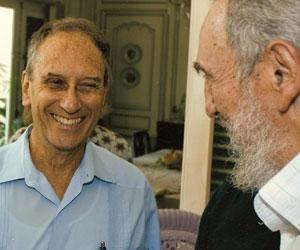 Saúl Landau y Fidel, conversando amigablemente.