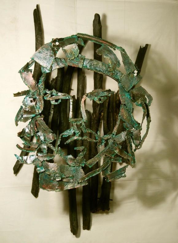 """Kamyl: """"Largo y tortuoso camino"""" (ensamblado madera y metal, 70X120 cm). 2010"""