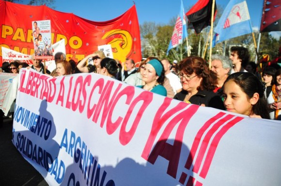 manifestacion-por-los-cinco-en-argentina-8