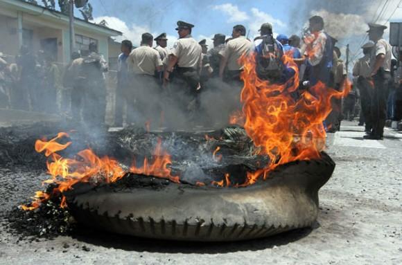 Miembros de la Policía y el Ejército ecuatoriano protestan hoy, jueves 30 de septiembre de 2010, en Loja (Ecuador). Las instituciones del Estado respaldan al Gobierno del presidente Rafael Correa e instan a los policías insubordinados que iniciaron una sorpresiva protesta, a deponer las actitudes de hecho y usar el diálogo como mecanismo para solucionar la controversia. EFE/ROBERT PUGLIA