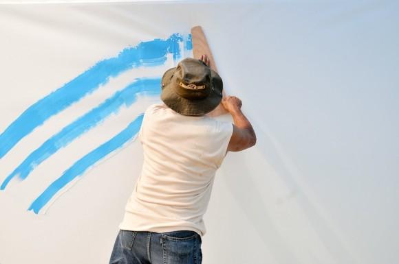 Nelson Domínguez en plena faena. Mural por la paz de la Brigada Martha Machado. Foto: Roberto Chile