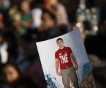 Un manifestante palestino muestra una fotografía de un familiar encarcelado en Israel