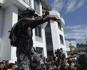 Policías ecuatorianos insubordinados dispersan con gases lacrimógenos a la población que avanza en un intento por llegar al hospital