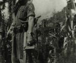 El comandante Raúl Castro Ruz porta una ametralladora Thompson.
