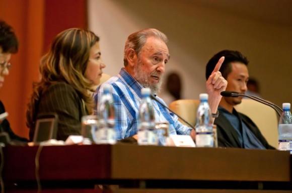 El líder de la Revolución cubana, Fidel Castro Ruz , durante un encuentro con integrantes del Peace Boat (Barco por la Paz), de Japón, en el Palacio de las Convenciones, en La Habana, Cuba, el 21 de septiembre de 2010, recibe obsequio de Junko Watanabe (I), uno de los sobrevivientes del ataque atómico norteamericano contra la ciudad japonesa de Hiroshima.