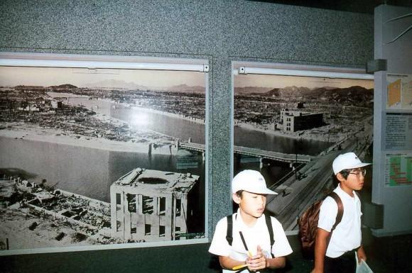 Niños en el Museo de Hiroshima: detrás de ellos dos imágenes de la ciudad.