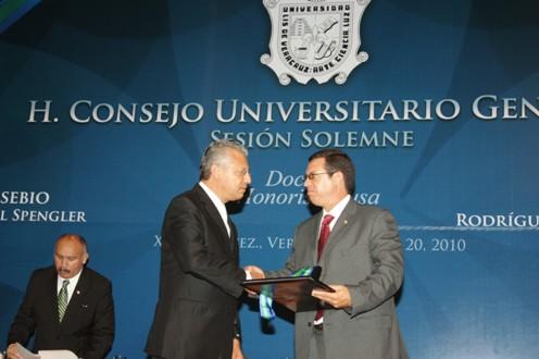 A nombre de Eusebio Leal Spengler, Félix Julio Alfonso, vicedecano de la Universidad de La Habana, Cuba, recibió el reconocimiento.