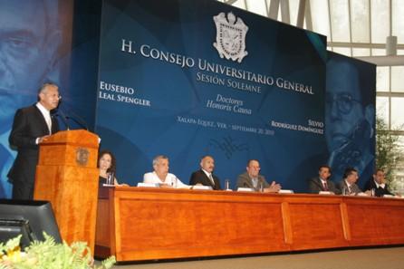 El rector de la UV, Raúl Arias Lovillo, exaltó las contribuciones que los homenajeados han hecho al ámbito universitario.