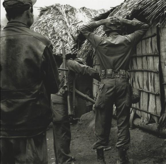 Soldado batistiano bajo arresto en la Sierra Maestra.