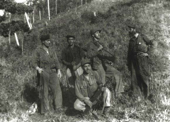 Sentado, a la extrema derecha, el capitán César Suárez junto a otros combatientes del Ejército Rebelde.