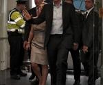 El ex primer ministro británico entra en la librería Eason (Dublín), después de que manifestantes contrarios a la guerra le lanzaran huevos y zapatos. Foto: EFE