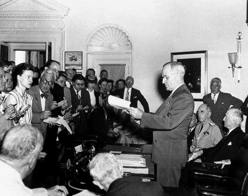 Harry Truman, entonces presidente de Estados Unidos, anuncia a periodistas, el 14 de agosto de 1945 en la Casa Blanca, la rendición de Japón. Foto: AP