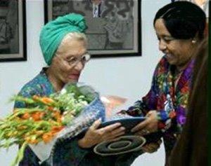 Zenia Marabal (a la izquierda) recibe un premio por su trabajo.