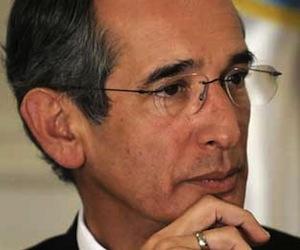 Llega Álvaro Colom a Cuba para asistir a Conferencia Internacional