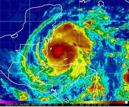 """Imagen en el espectro infrarrojo tratada con pseudo color del huracán """"Richard"""" esta mañana. En rojo las áreas de lluvia intensa."""