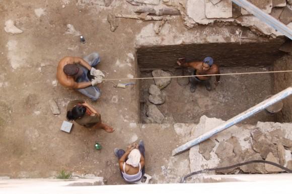 Antes de que las edificaciones del centro histórico entren en proceso de restauración, se exploran todas sus áreas en busca de objetos de valor arqueológico; la voluntad de rescatar un último mensaje desde el pasado y hacerlo llegar hasta hoy. Foto: Alejandro Ramírez
