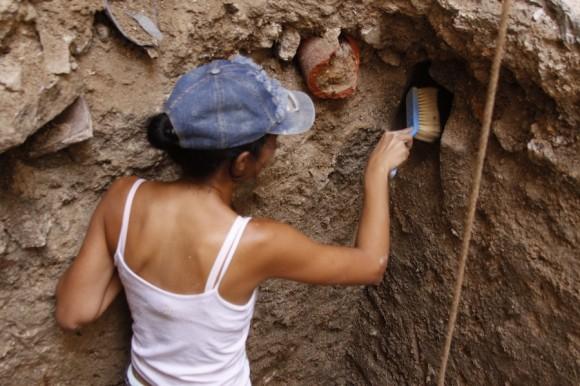 El trabajo debe ser extremadamente cuidadoso para no dañar las piezas que puedan encontrarse más allá de la superficie.
