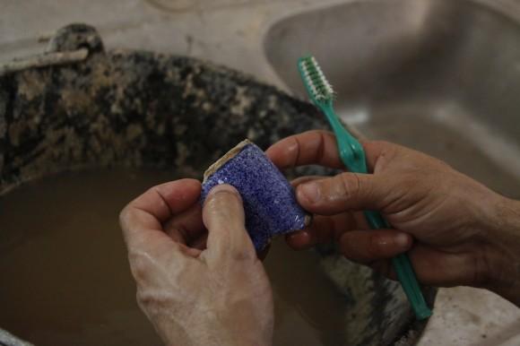 Una vez trasladadas desde el lugar de excavación, las piezas se lavan para retirarles partículas de suciedad