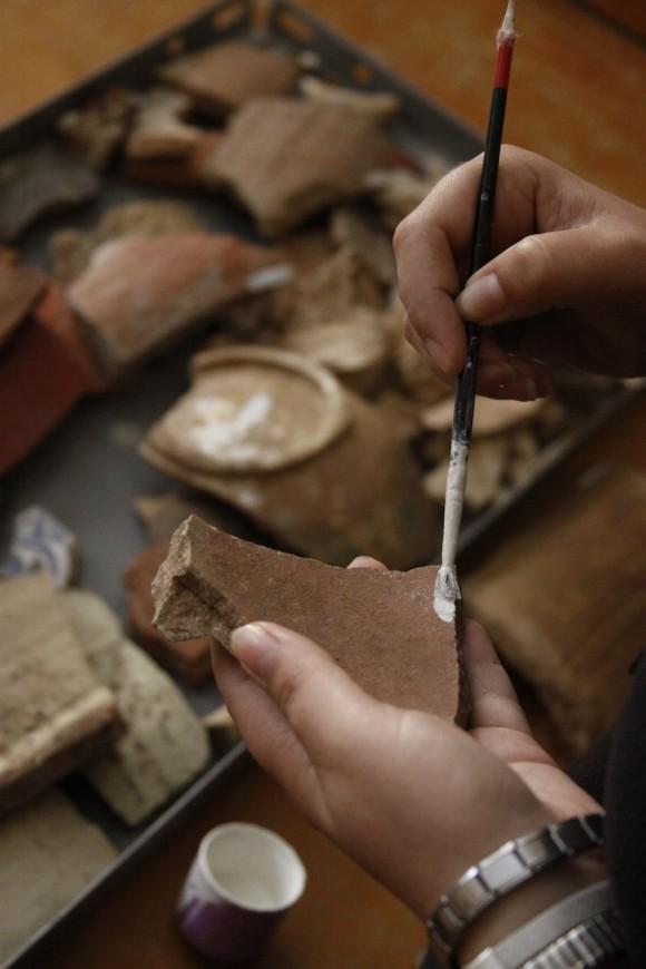 Piezas completas o fragmentos de ellas son catalogados para su clasificación y estudio