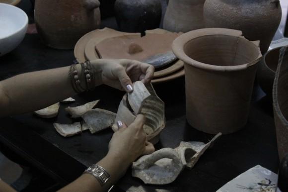 Con estricta fidelidad a la forma original de las piezas, son compuestas y reparadas
