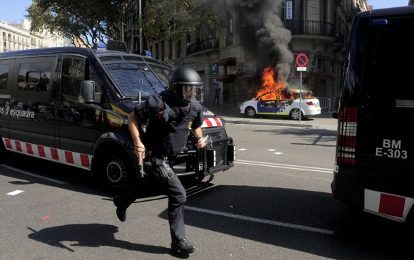 La policía reprime a los manifestantes en Barcelona.