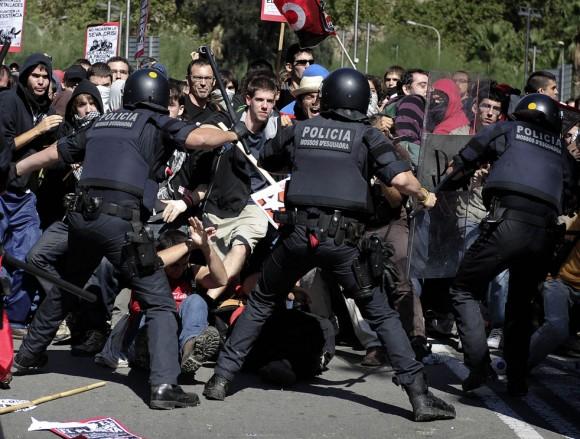 La policía reprime a manifestantes en Barcelona.