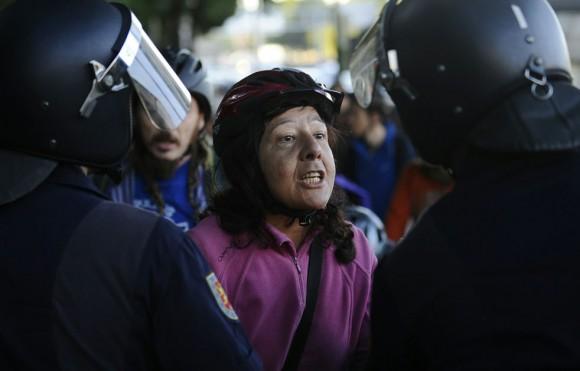 Una mujer se enfrenta a la policía en Madrid, España.