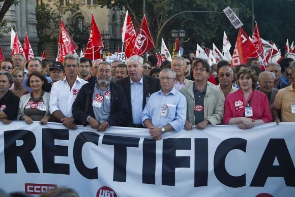 El líder del Sindicato General de Trabajadores, Cándido Méndez, el cuarto a la izquierda, e Ignacio Fernández Toxo, tercero a la derecha, líderes de las Comisiones Obreras.