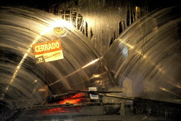 El parabrisas de un autobús que se ve en el estacionamiento de la empresa de autobuses de Transportes de Madrid durante la huelga general celebrada en toda España el 29 de septiembre de 2010 en Madrid