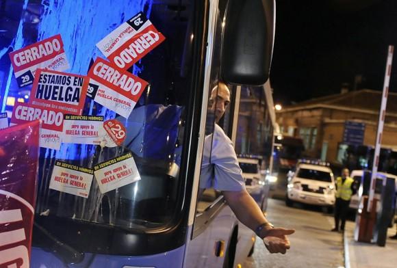 Un gestos conductor del autobús en el estacionamiento de la empresa de autobuses de Transportes de Madrid durante la huelga general celebrada en toda España en Madrid el 29 de septiembre de 2010