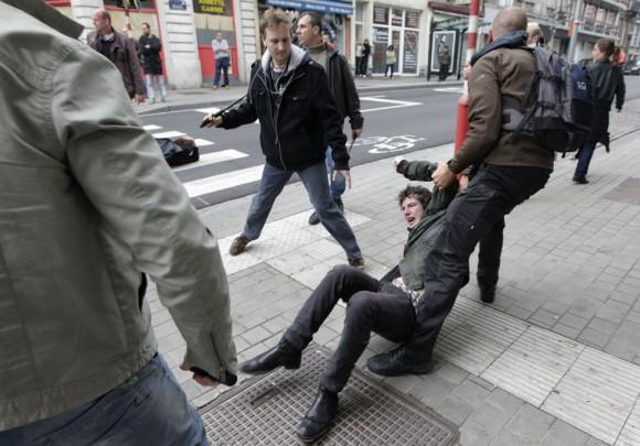 Un manifestante es detenido durante una demostración en Bruselas.