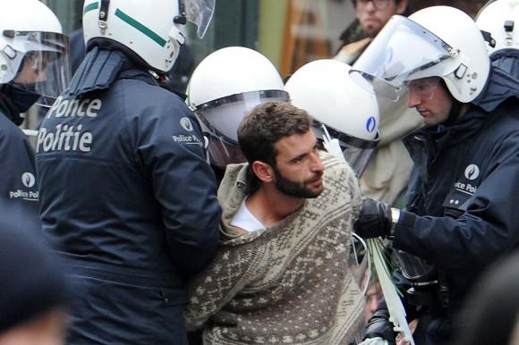 La policía de Riot detiene a manifestantes en Bruselas el Miércoles, 29 de septiembre 2010.
