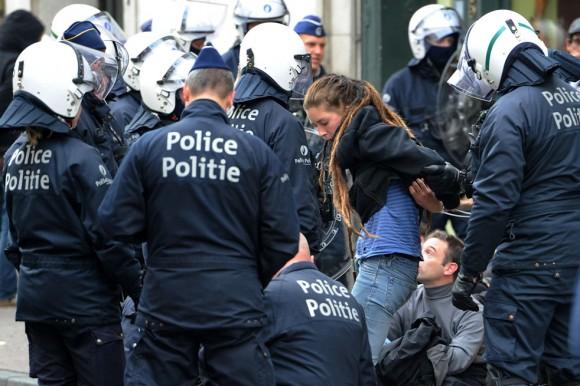 Riot policía detiene a manifestantes en Bruselas el Miércoles, 29 de septiembre 2010.