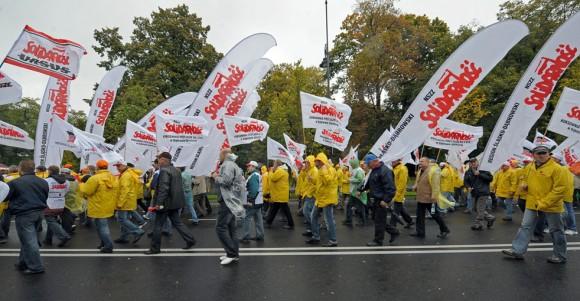 Los manifestantes marchan en solidaridad con los sindicatos durante una manifestación contra los recortes presupuestarios, en frente de la oficina del gobierno polaco, en Varsovia el 29 de septiembre de 2010. Unos 6.000 manifestantes marcharon por las lluvias de Varsovia durante una de las muchas manifestaciones que tuvieron lugar en toda Europa para protestar contra los planes de austeridad del gobierno destinadas a reducir el déficit.