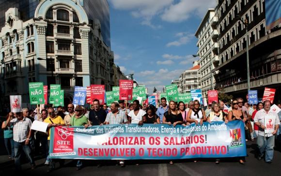 trabajadores portugueses participan en una manifestación en el centro de Lisboa el 29 de septiembre de 2010. Los sindicatos europeos pidieron 100.000 manifestantes que pululan por las calles de Bruselas la próxima semana para expresar su enojo por las medidas de austeridad impuestas en todo el continente con las manifestaciones programadas en otros países como la República Checa, Francia, Irlanda, Italia, Polonia y Rumanía.